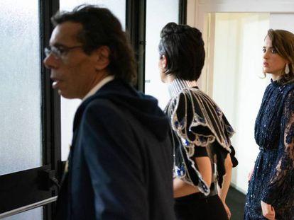 Las actrices Noémie Merlant (en el centro) y Adèle Haene (a la derecha) abandonan la gala tras conocer el galardón a Polanski, este viernes. En vídeo, protestas contra Roman Polanski en la entrada de los César.