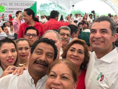 Ochoa con militantes del PRI en Tabasco.