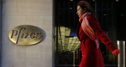 Una mujer pasa delante de la sede de la farmacéutica en Manhattan