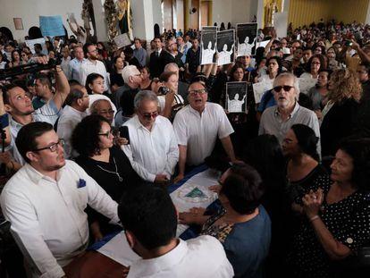"""Simpatizantes de Ortega invaden el funeral de Cardenal para gritarle """"traidor"""" mientras un grupo de amigos cercanos protege el féretro."""