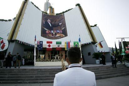 Un miembro afuera del templo sede de La Luz del Mundo, en Guadalajara (México).