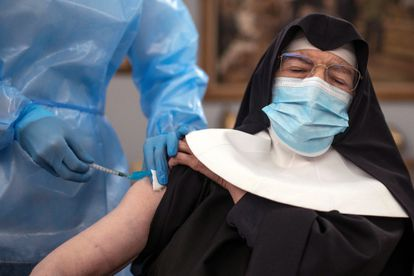 Una sanitaria vacuna con la segunda dosis a una monja en la residencia San José, en Ourense.