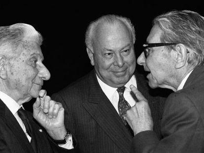 Jesús de Polanco, entre los escritores Augusto Roa Bastos (izquierda) y Gonzalo Torrente Ballester, en 1992.