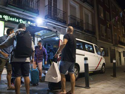 Un grupo de amigos de Palma de Mallorca llegan en taxi al piso donde se van a alojar en Madrid, el viernes pasado.