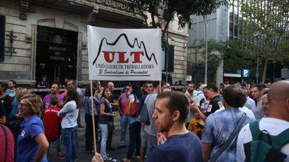 Trabajadores de Inovyn, ayer manifestándose ante la Delegación del Gobierno.