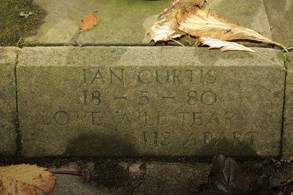 Tumba de Ian Curtis en el cementerio de Macclesfield (Inglaterra).