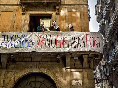 Protesta vecinal contra pisos turísticos ilegales en Barcelona, en 2017.
