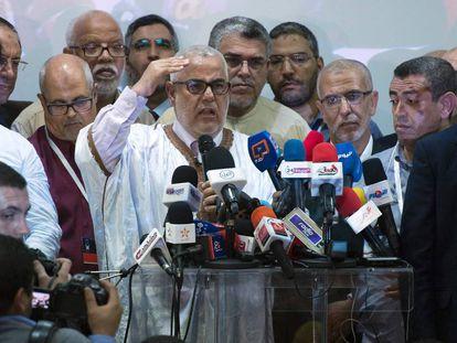 El líder de los islamistas del Partido Justicia y Desarrollo (PJD), Abdelilá Benkirán, se dirige a la prensa tras los primeros resultados de las legislativas del 7 de octubre de 2016.