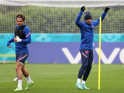 Jadon Sancho, a la derecha, entrena junto a Jack Grealish en los preparativos para el último partido de la fase de grupos de la selección inglesa.