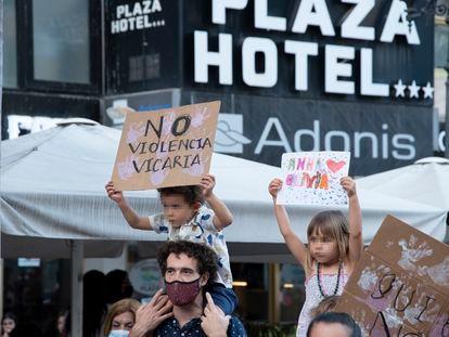 """Dos niños con carteles, participan en una concentración feminista en la Plaza de la Candelaria en repulsa por """"todos los feminicidios"""", a 11 de junio de 2021, en Santa Cruz de Tenerife"""