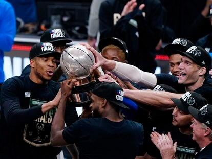 Los Bucks, con Antetokounmpo a la izquierda y Brook Lopez a la derecha, celebran el título de la Conferencia Este.