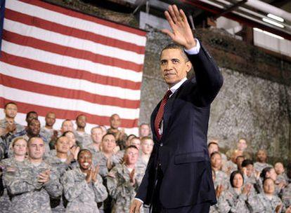 Obama saluda a los soldados de EE UU de la Base Aérea de Osan, en Corea del Sur, el pasado día 19.