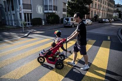 Ramón paseando a sus hijas en Zúrich, donde reside desde 2010.