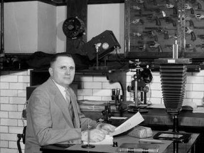 Wilmer Souder, 'Detective X', en su laboratorio de la Oficina Nacional de Normas (NBS) de Washington, en 1935.