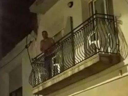 El agente logra arrancar olés y callar las cacerolas desde su balcón de un hotel de Calella