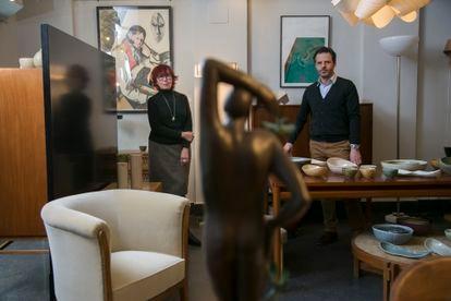 Carmen Palacios y Bento Espirito Santo Figueira en su tienda-galeria Tiempos Modernos en Madrid.