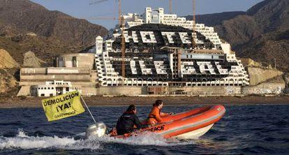 Imagen de una acción de Greenpeace en el hotel de El Algarrobico, en Carboneras (Almería).