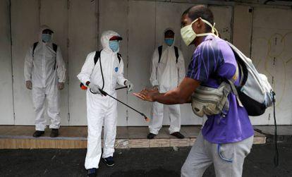 Trabajadores sanitarios desinfectan las calles de Caracas, Venezuela.