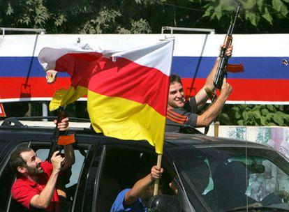 Ciudadanos de Tsjinvali celebran con disparos al aire el reconocimiento de su independencia por parte de Rusia.