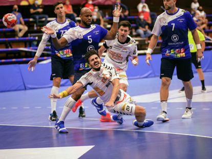 Los jugadores del Benidorm, de azul, durante el partido de ida contra el Fiver Handball austriaco el pasado 22 de septiembre