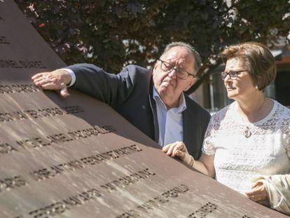 Los padres del sargento Francisco José Cardona, fallecido en el Yak-42, acarician el nombre de su hijo en el monumento de homenaje a las víctimas este viernes en Zaragoza.