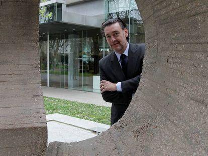 Zugaza se asoma a la escultura de Chillida, junto al Bellas Artes de Bilbao.