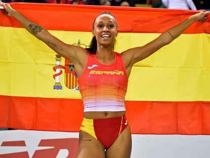 Ana Peleteiro celebra su victoria con la bandera española.