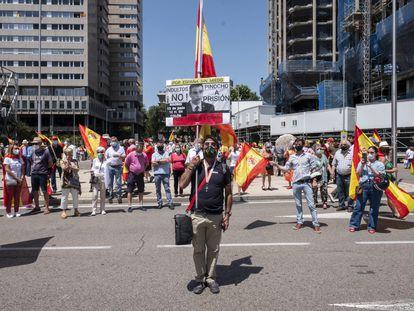 Un manifestante en la madrileña plaza de Colón sostiene una pancarta contra el presidente del Gobierno, Pedro Sánchez, este domingo.