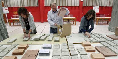 Un colegio electoral de Pamplona en las generales de 2011.