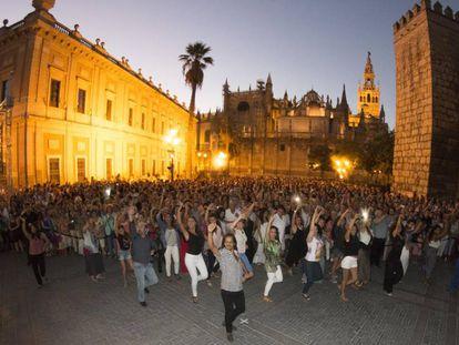 Farruquito, junto a los participantes y el público, durante el 'flashmob'.