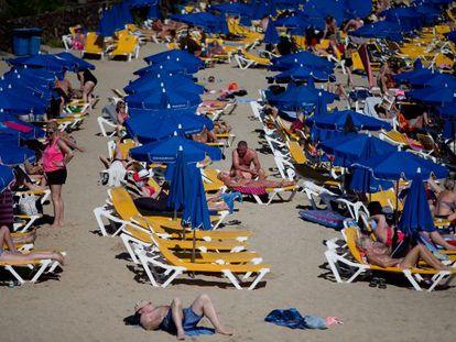 Turisas en la playa Blanca de Lanzarote.