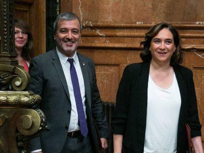 Jaume Collboni y Ada Colau, en el salón de plenos del Ayuntamiento de Barcelona, en una imagen de archivo.