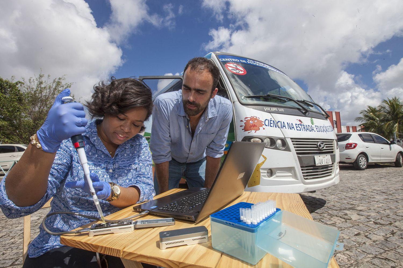 El epidemiólogo Nuno Faria, del Imperial College de Londres, con una colega en Brasil.
