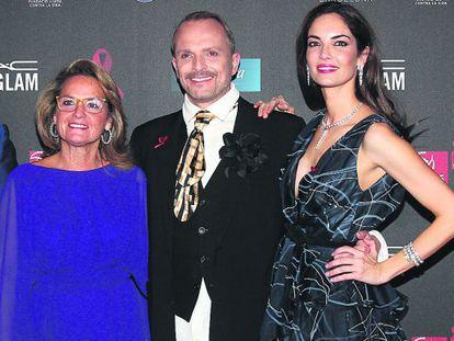 Helena Rakosnik, esposa de Artur Mas, junto a Miguel Bosé y Eugenia Silva, en el hotel Vela de Barcelona, el pasado jueves.
