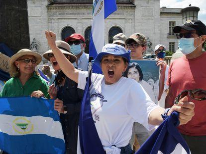 Activistas se manifiestan contra el régimen de Ortega, en Washington.