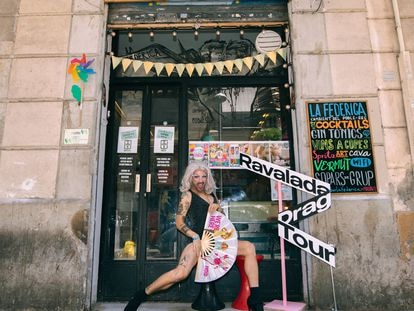 Jono Kitchens, ganadora de la última 'Ravalada', en la puerta del bar La Federica.