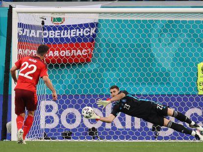 Unai Simón detiene el penalti lanzado por el defensa suizo Schär.