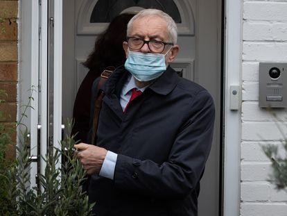 Jeremy Corbyn, a la puerta de su casa en Londres, el 29 de octubre, cuando se publicó el informe sobre el antisemitismo en el seno del Partido Laborista