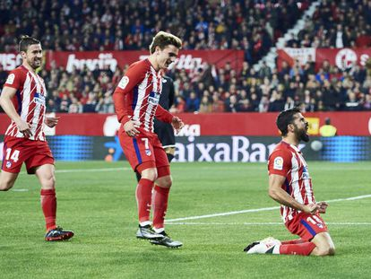 Diego Costa celebra su gol ante el Sevilla mientras Griezmann y Gabi acuden a felcitarle