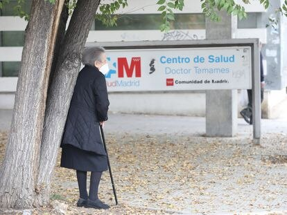 Una anciana espera en las inmediaciones del Centro de Salud Doctor Tamames, en Coslada, Madrid, el pasado noviembre.