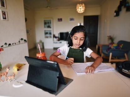 La educación de calidad es uno de los objetivos principales de la Agenda 2030. En la imagen, una niña estudia en su casa.