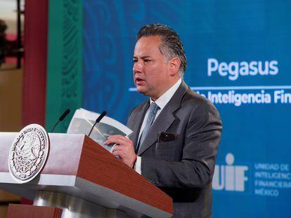 El titular de la Unidad de Inteligencia Financiera, Santiago Nieto, este miércoles, en el Palacio Nacional.