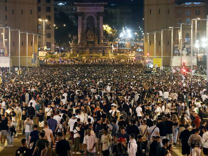 Macrobotellón en la avenida María Cristina en Barcelona en la segunda noche de fiestas de la Mercè.