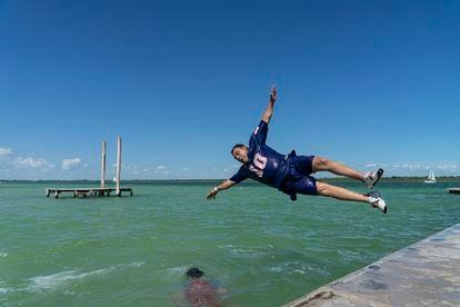 Un turista se lanza al agua en el Balneario Mágico Ejidal de la laguna de Bacalar, el 17 de mayo.