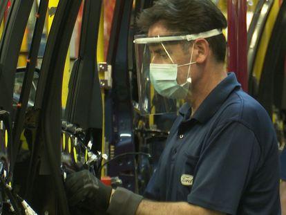 Un operario de Ford en Almussafes, con mascarilla.