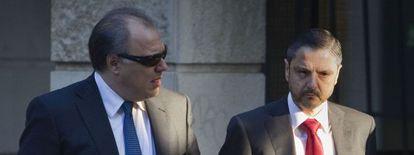 El exdirector de Mercasevilla Fernando Mellet (derecha), junto a su abogado ayer en los juzgados.