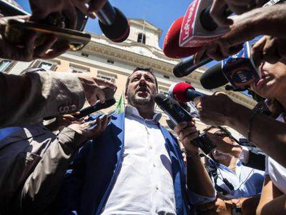 En foto, Matteo Salvini habla con los periodistas este miércoles en Roma. En vídeo, trayectoria del Gobierno italiano hasta su crisis.