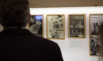 Exposición 'Un siglo de la historia del yogur', en el Museo del Diseño de Barcelona.