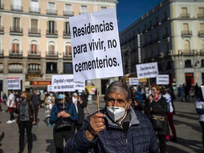 Manifestantes protestan por la falta de recursos y las muertes en las residencias en la Puerta del Sol en Madrid, este domingo.