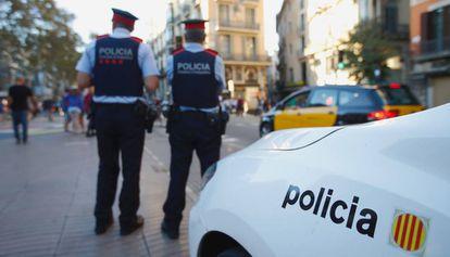 Una patrulla de los Mossos d'Esquadra en Barcelona, en una imagen de archivo